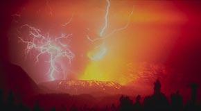 Блеск молнии во время извержения большого вулкана Галунггунг, Западная Ява, 1982 год.